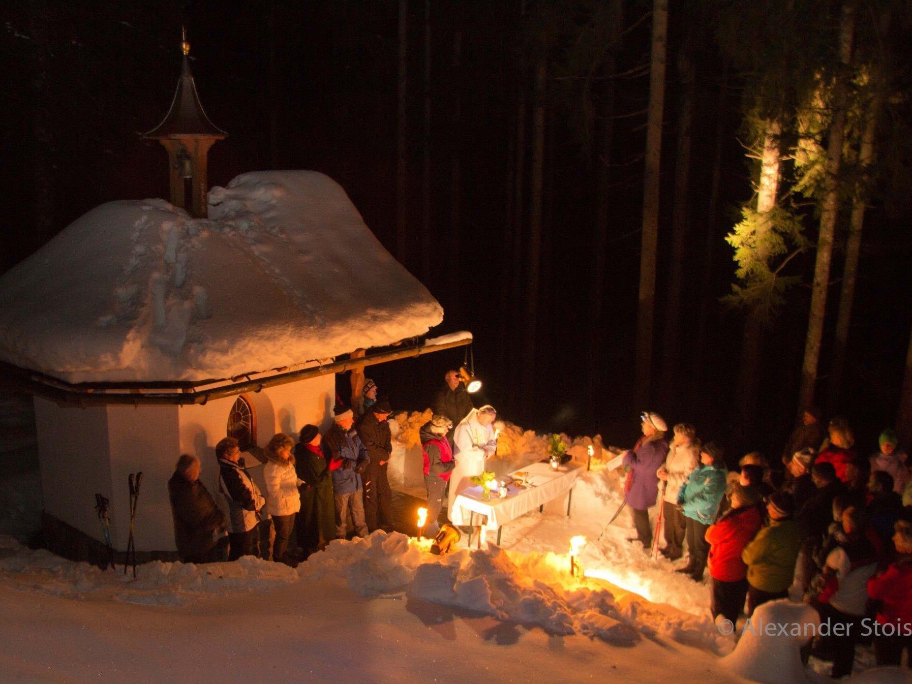"""Eine stimmungsvolle Bergmesse ist die """"Ganeuer Waldweihnacht"""" bei der Mansaurakapelle"""