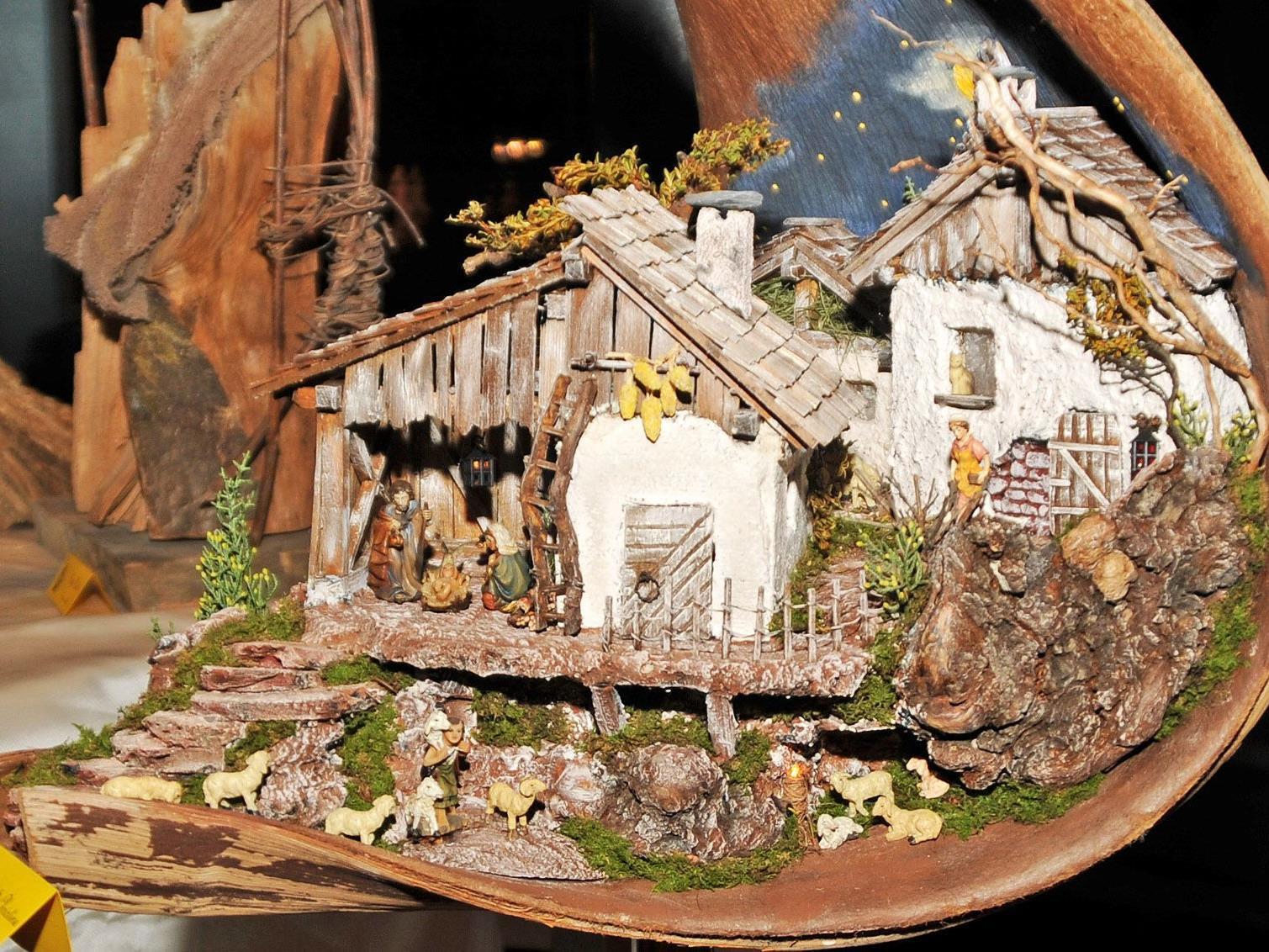 Ein Krippendorf in ein Palmblatt geschmiegt, ein Werk von Berghild Kreidl in Höchst