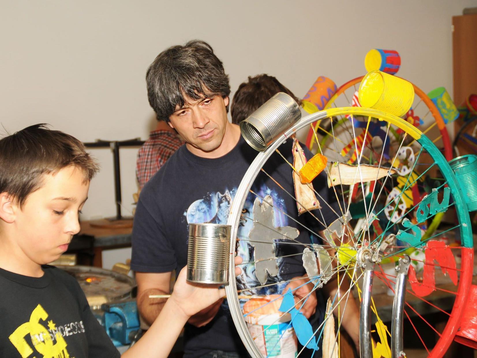 Künstler Mirko Siakkou-Flodin arbeitet mit Höchster Mittelschülern an dre dynamischen Wasserskulptur.