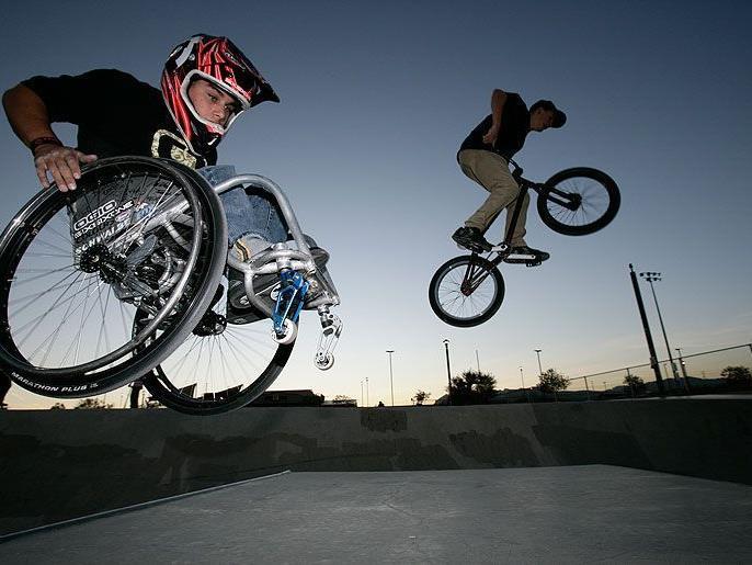 Aaron nutzt seinen Rollstuhl als Sportgerät und wurde damit weltberühmt.