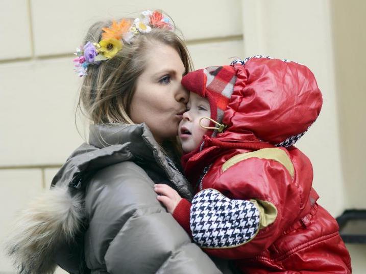Anastasia protestiert vor dem tschechischen Parlament, um ihre Kinder behalten zu können.
