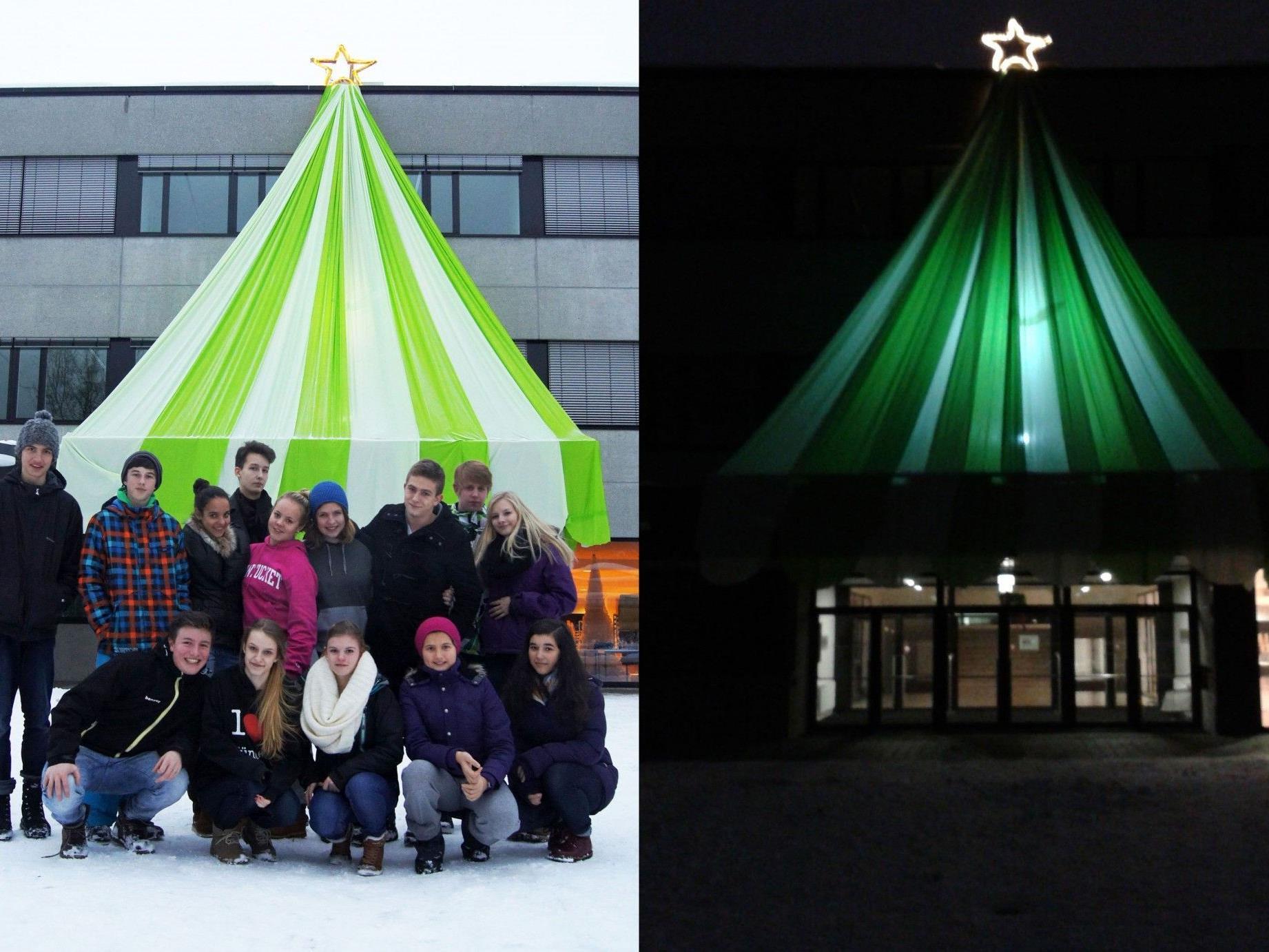 Die Schülerinnen und Schüler vor ihrem Werk und der leuchtende Stern in der Nacht.