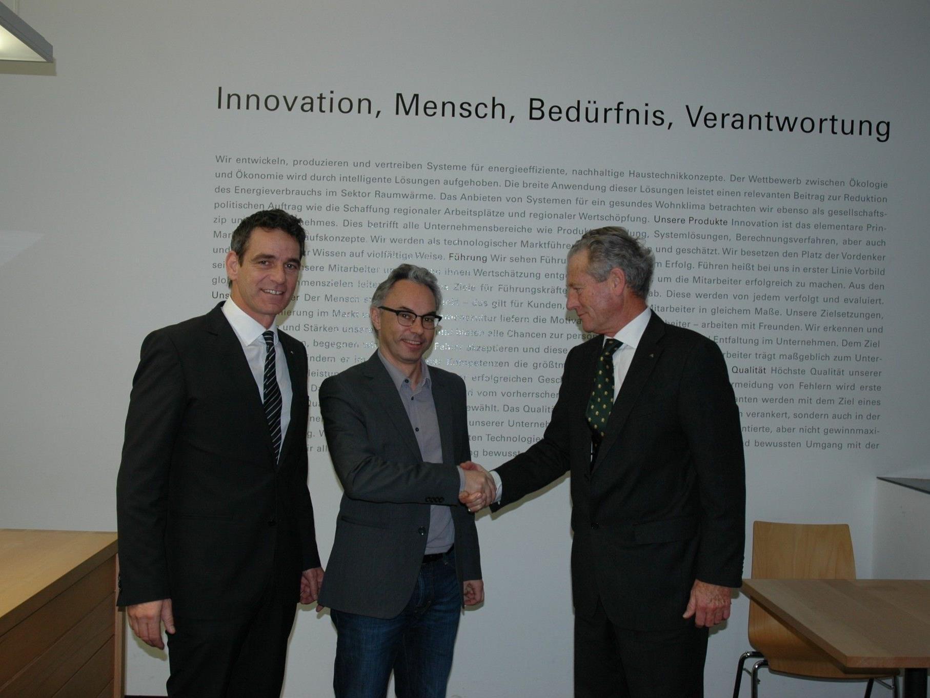 Jean Robert Grellet (Geschäftsleitung Walter Bösch GmbH & Co KG) und Christof Drexel (Geschäftsleitung Drexel und Weiss) freuen sich, gemeinsam mit Peter Böhler (Geschäftsbereichsleiter bösch lüftung), über das gelungene Kooperationsabkommen.