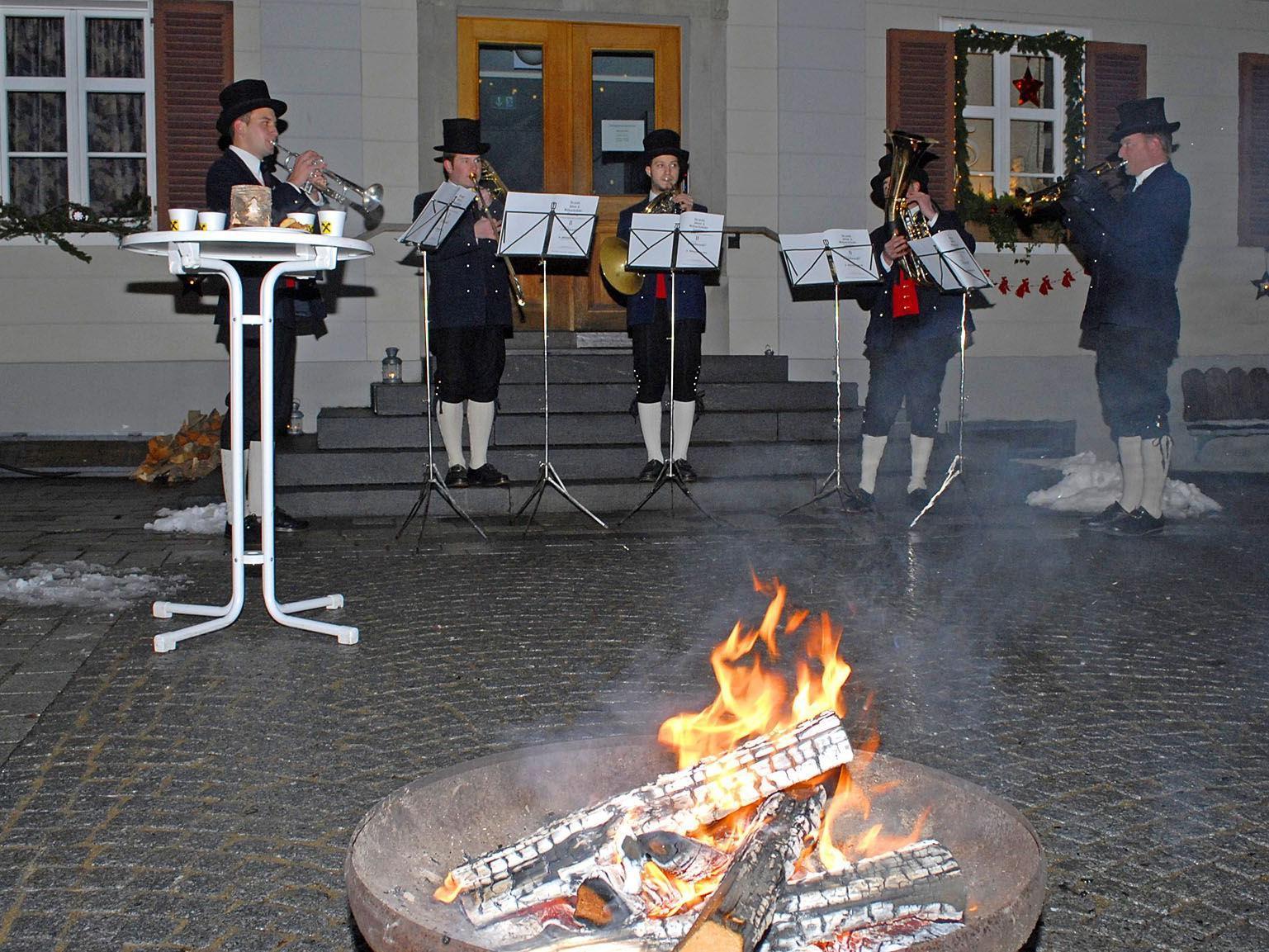 Ein Bläserensemble der Trachtenkapelle Gantschier umrahmte die Adventfensteröffnung in Schruns musikalisch.