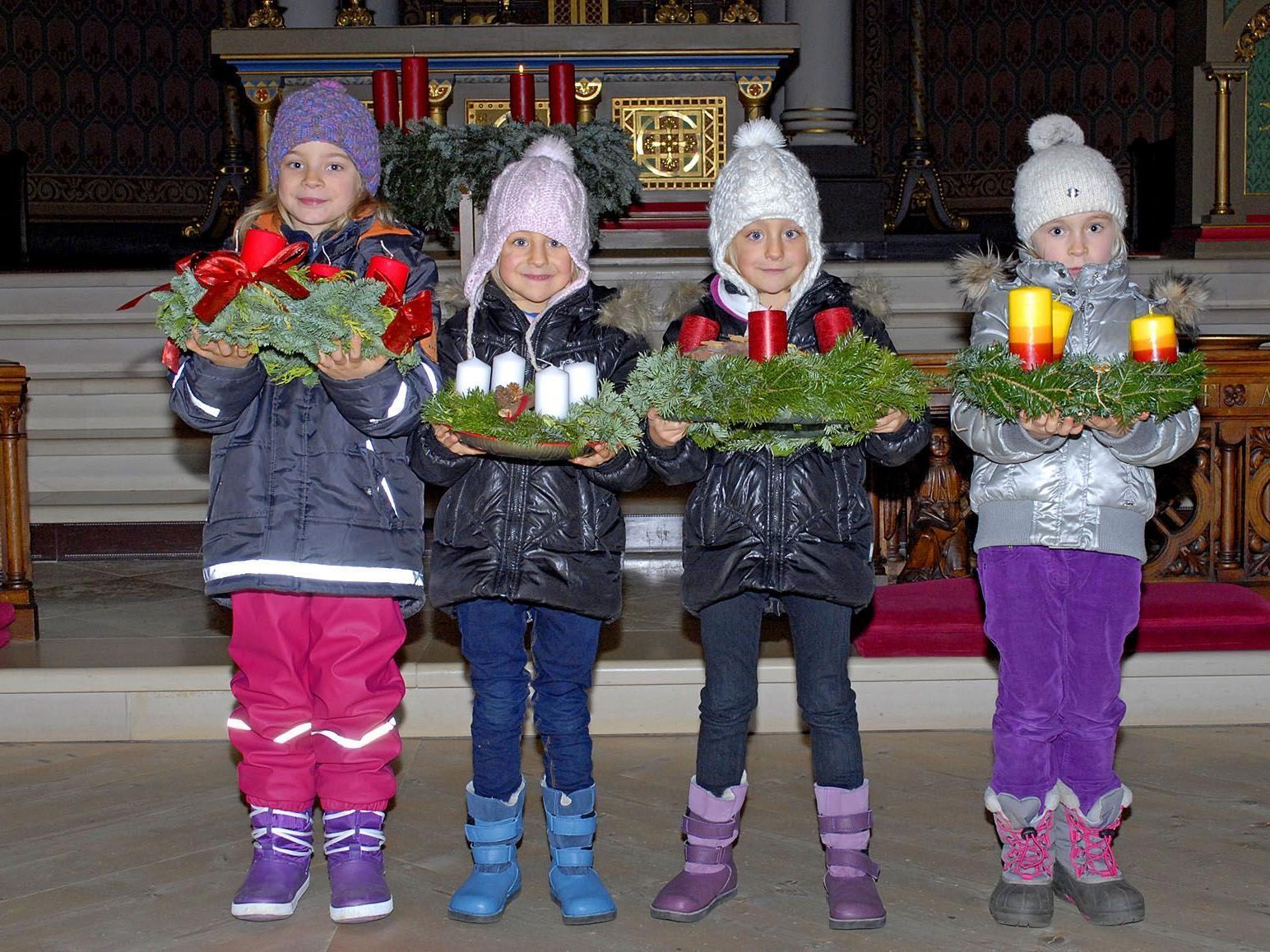 Nach der Adventkranzweihe in der Schrunser Kirche nahmen sich einige Kinder Zeit für Fotos.