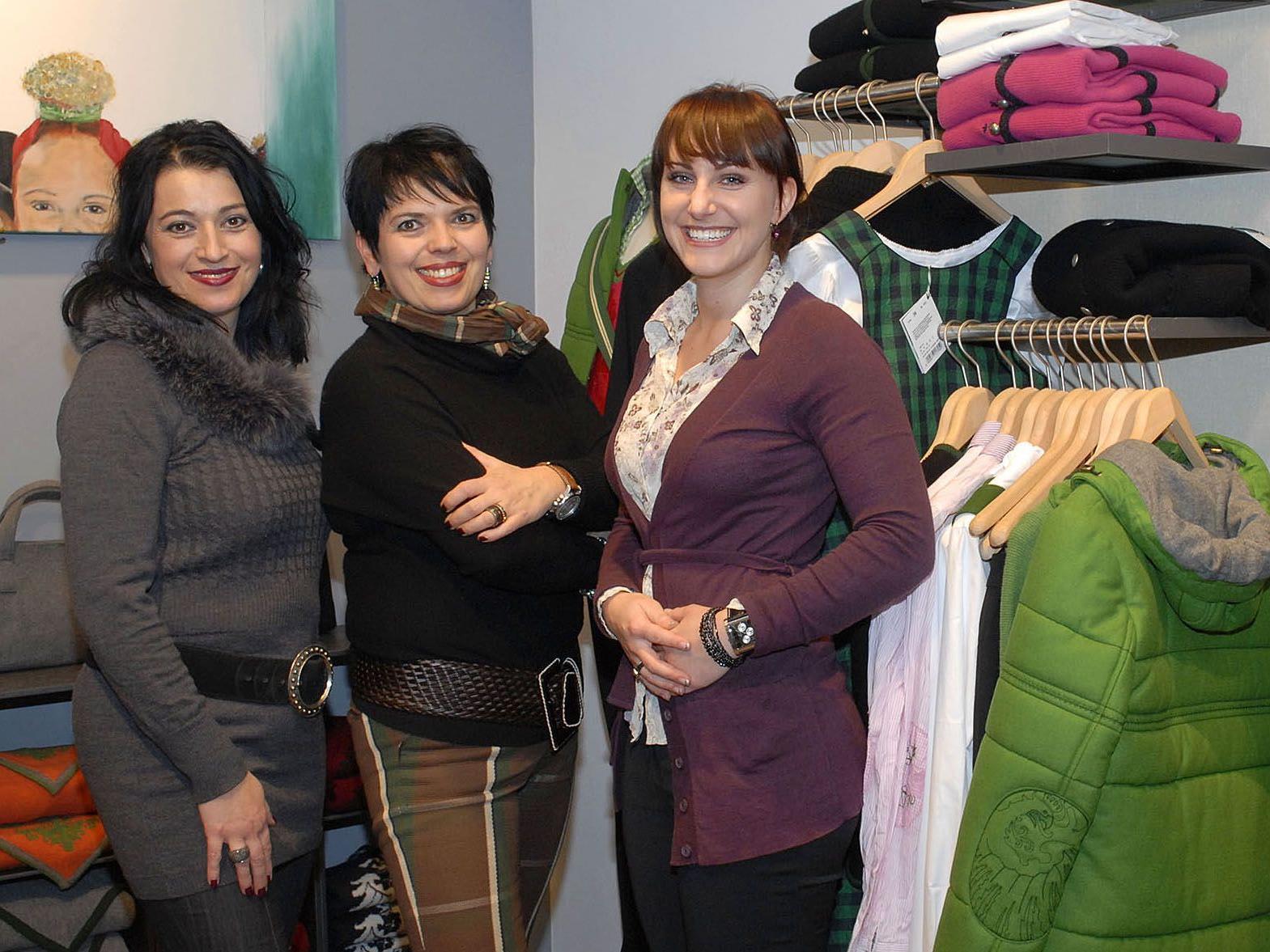 Beim Fashion Day wird auch Mode von Gössl in Schruns präsentiert (Inhaberin Ruth Gollob-Kieber inmitten ihrer beiden Mitarbeiterinnen).