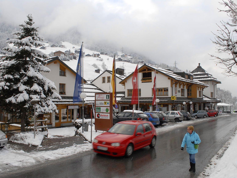 In der Dorfstraße in Gaschurn befinden sich u. a. das Gemeindeamt und das Tourismusbüro.