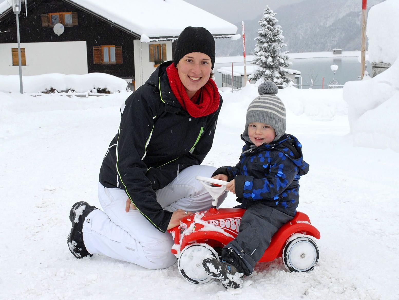 Amrei mit Sohn Lukas in Tschagguns-Latschau auf über 1.000 Meter Seehöhe