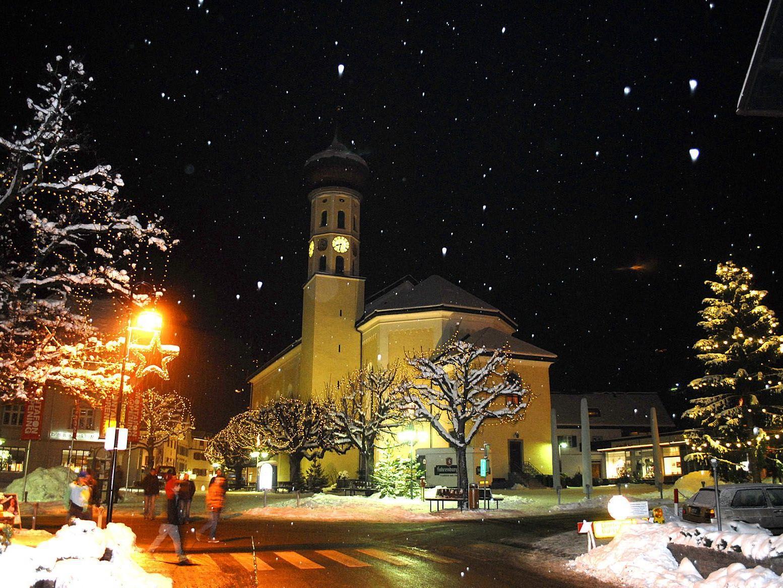 Die Pfarrkirche St. Jodok in Schruns am Freitag, dem 7. Dezember 2012, abends