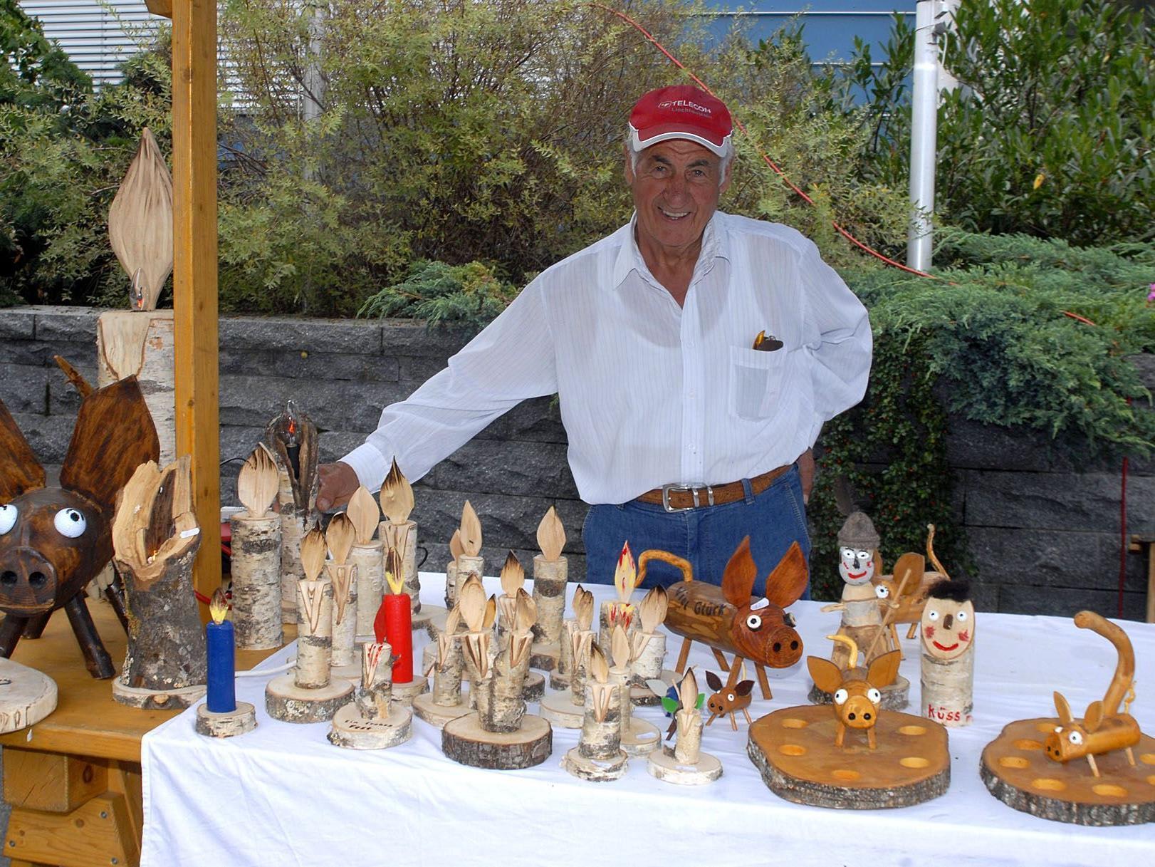 Beim Dorfmarkt in Vandans verkaufte Toni Gaiser Eigenerzeugnisse aus Holz.