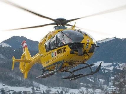 Der Verletzte wurde ins Krankenhaus geflogen. (Symbolbild)