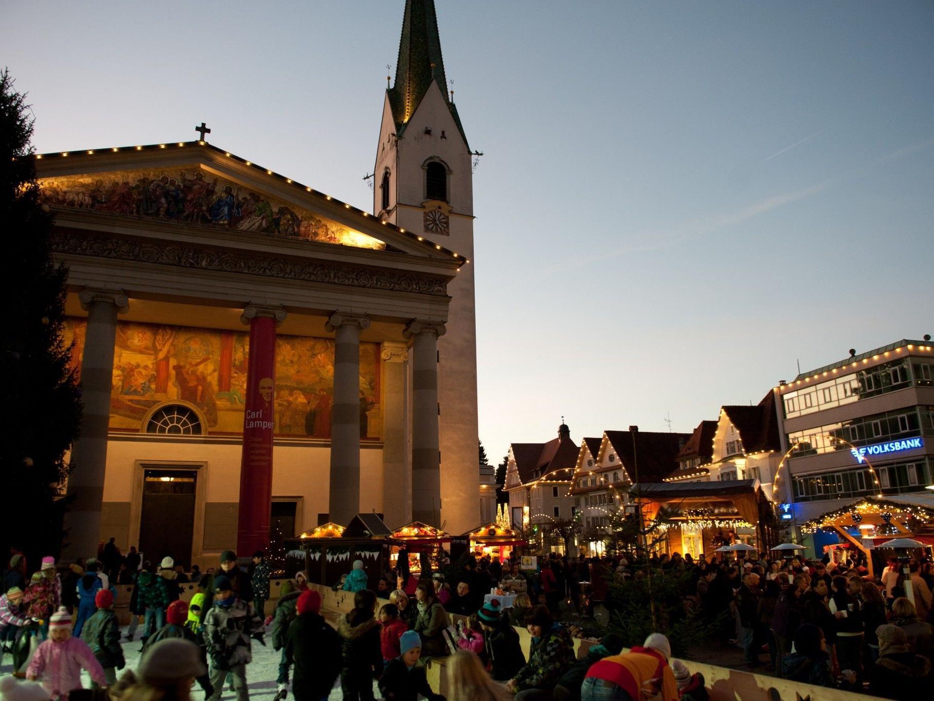 Der Marktplatz ist wieder weihnachtlich dekoriert und lädt zum Verweilen ein.