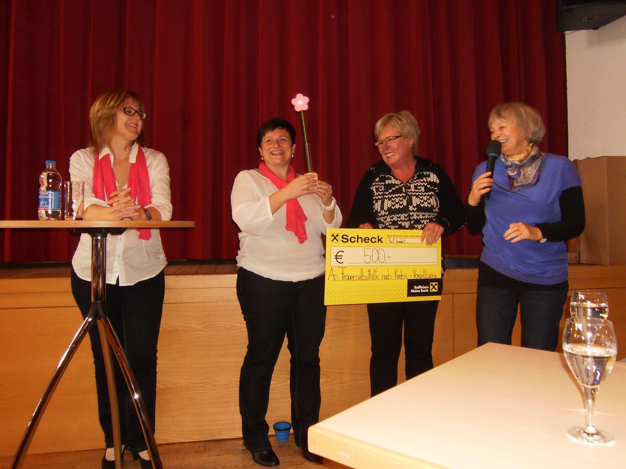 Esther Baldauf übergibt den Scheck an Gertraud Burgstaller und Irmgard Mattweber