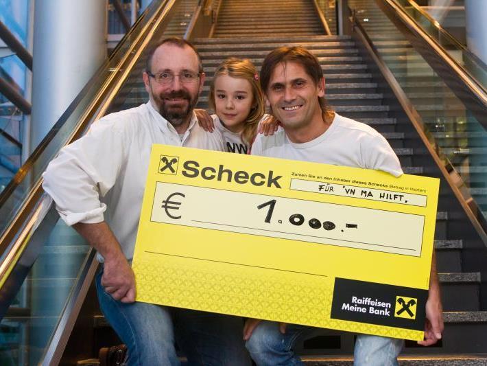 Dietmar Kilga überreichte an VN-Sportredakteur Christian Adam einen 1000 Euro Scheck für Ma hilft.