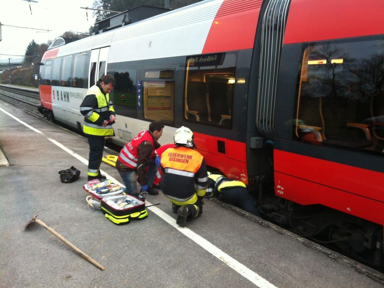 Aus unbekannter Ursache wurde eine Frau zwischen einem Zug und dem Bahnsteig eingeklemmt.