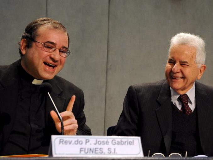 Der Vatikanische Chefastronom Funes (links) sieht keine Gefahr für die Erde.
