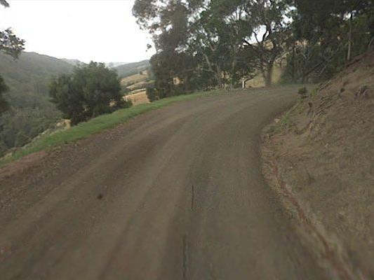 So präsentiert sich die Straße auf Google Maps: Steiles Gefälle und ohne Leitplanken.