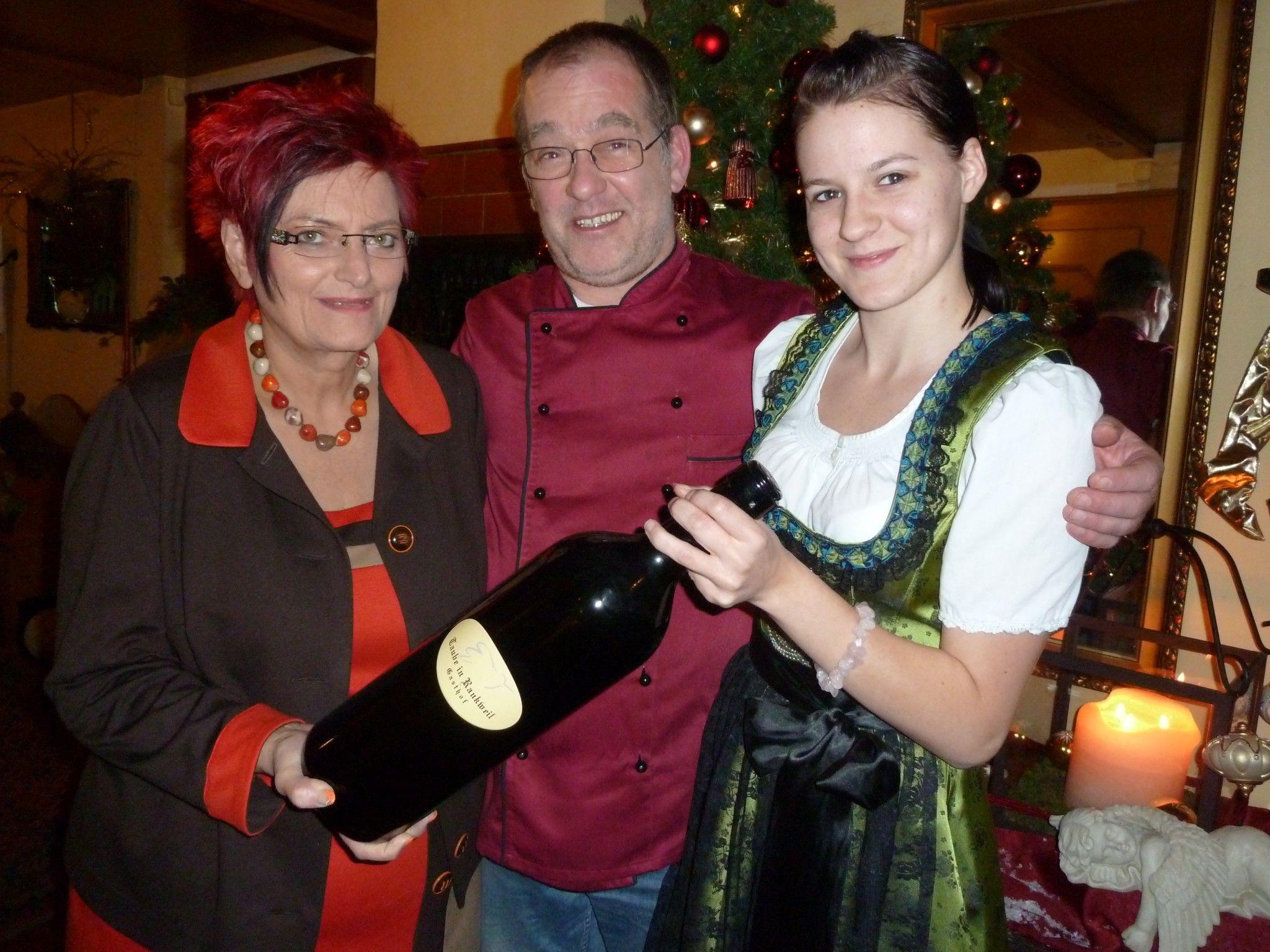 Helmut und Rita Bereuter mit Lehrmädchen Stephanie Juen.