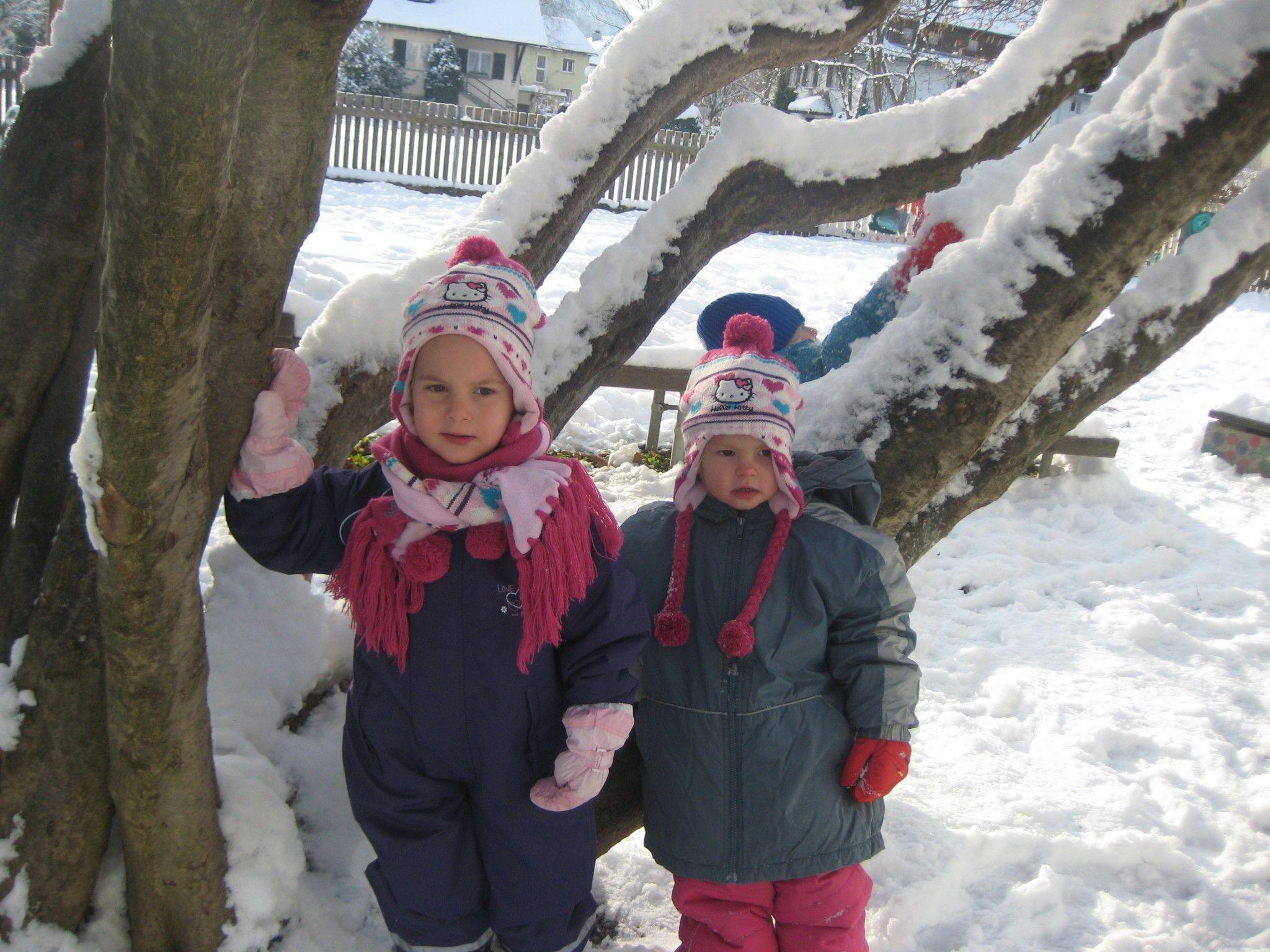 Herumtollen im Schnee ist auch im Garten vom Kinderhaus Altach angesagt.
