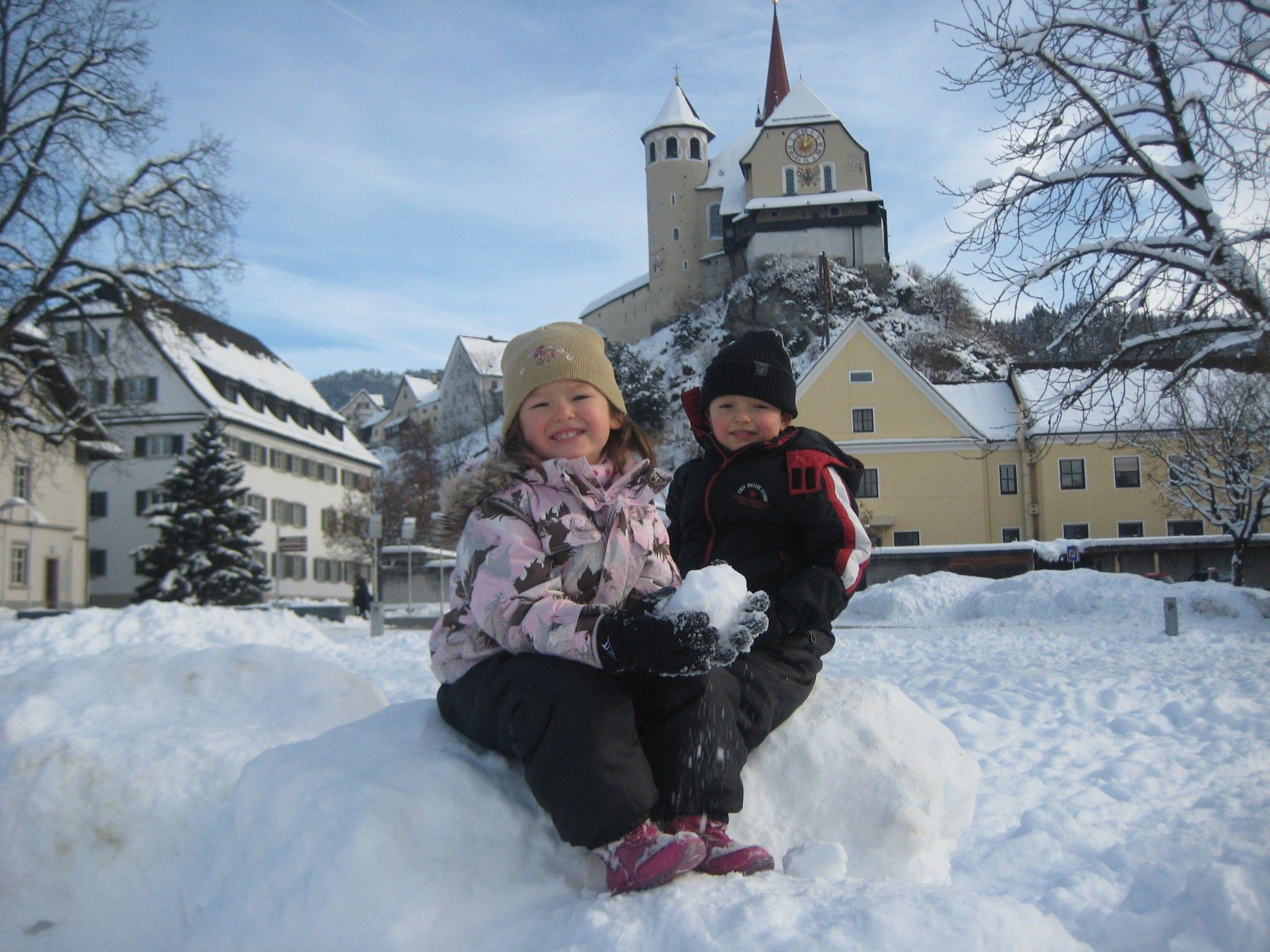 Viel Spaß haben die Kids mitten im Schnee auf dem Marktplatz.