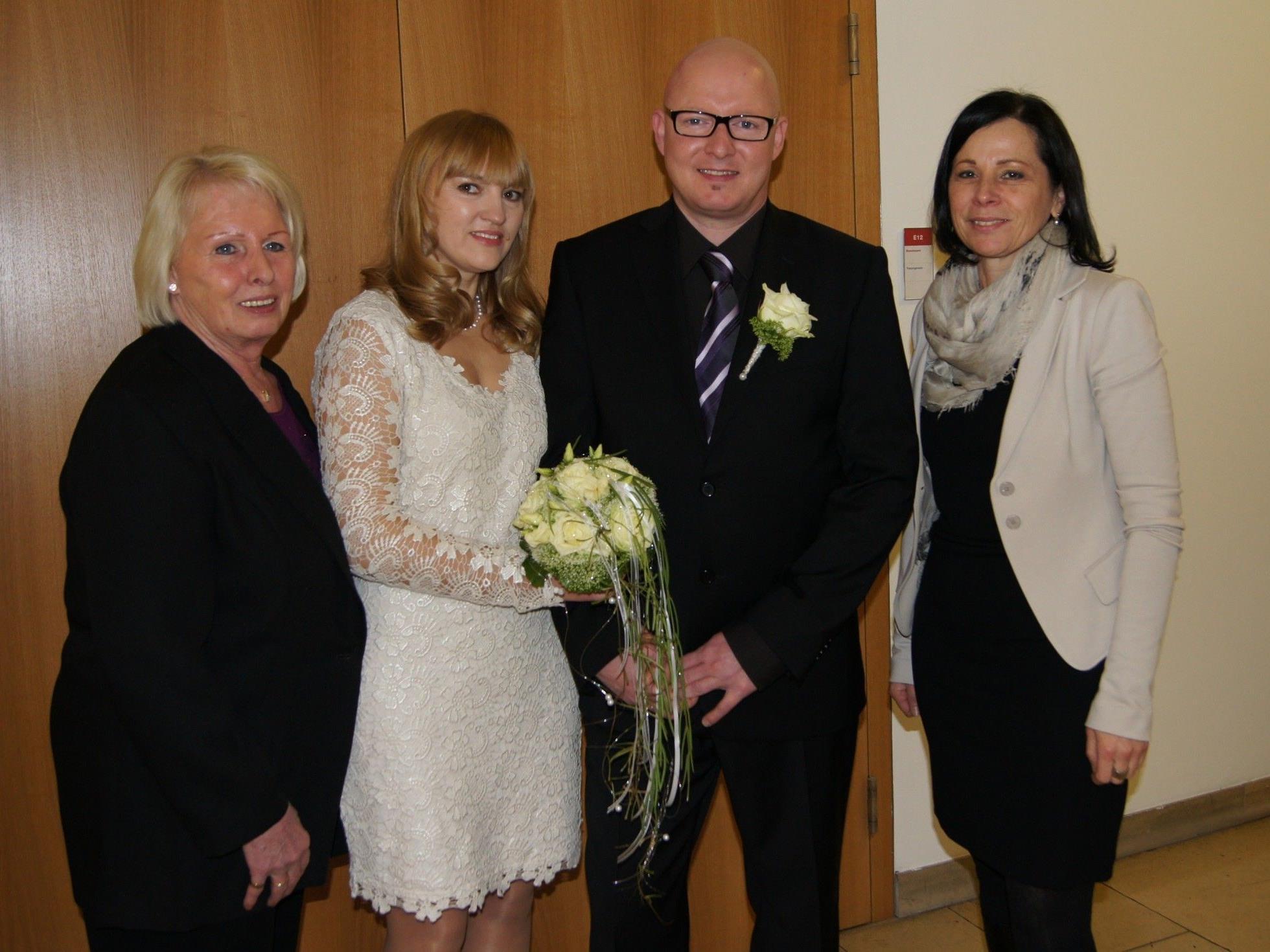 Das Brautpaar mit den Trauzeugen