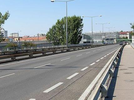 Nach der Auffahrt auf die Gürtelbrücke ist ein Wechseln der Spuren künftig nicht mehr möglich.