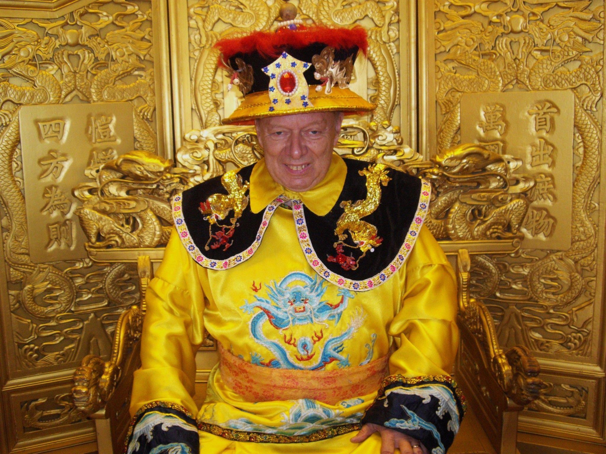 Hans Rückstätter im kaiserlichen Talar in einer tibetanischen Pagode im Beihai Park bei Peking.