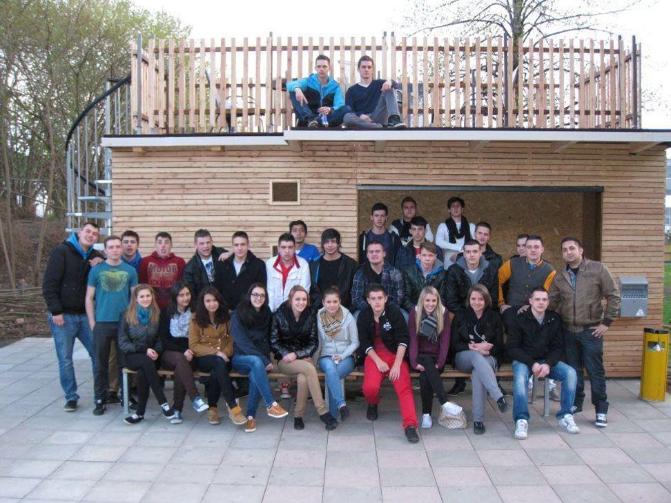Wolfurter Jugendliche vor, in und auf ihrem selbst erdachten und ausgebauten Jugendcontainer.