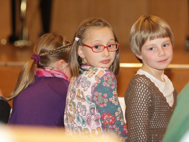 Geduldig warteten die jungen Musikerinnen auf ihren großen Auftritt.