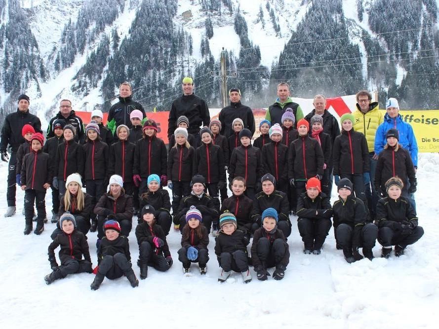 Die Kinder mit der neuen Bekleidung, die Sponsoren, die Langlauf-Trainer und Obmänner der Wintersportvereine Schoppernau und Au.