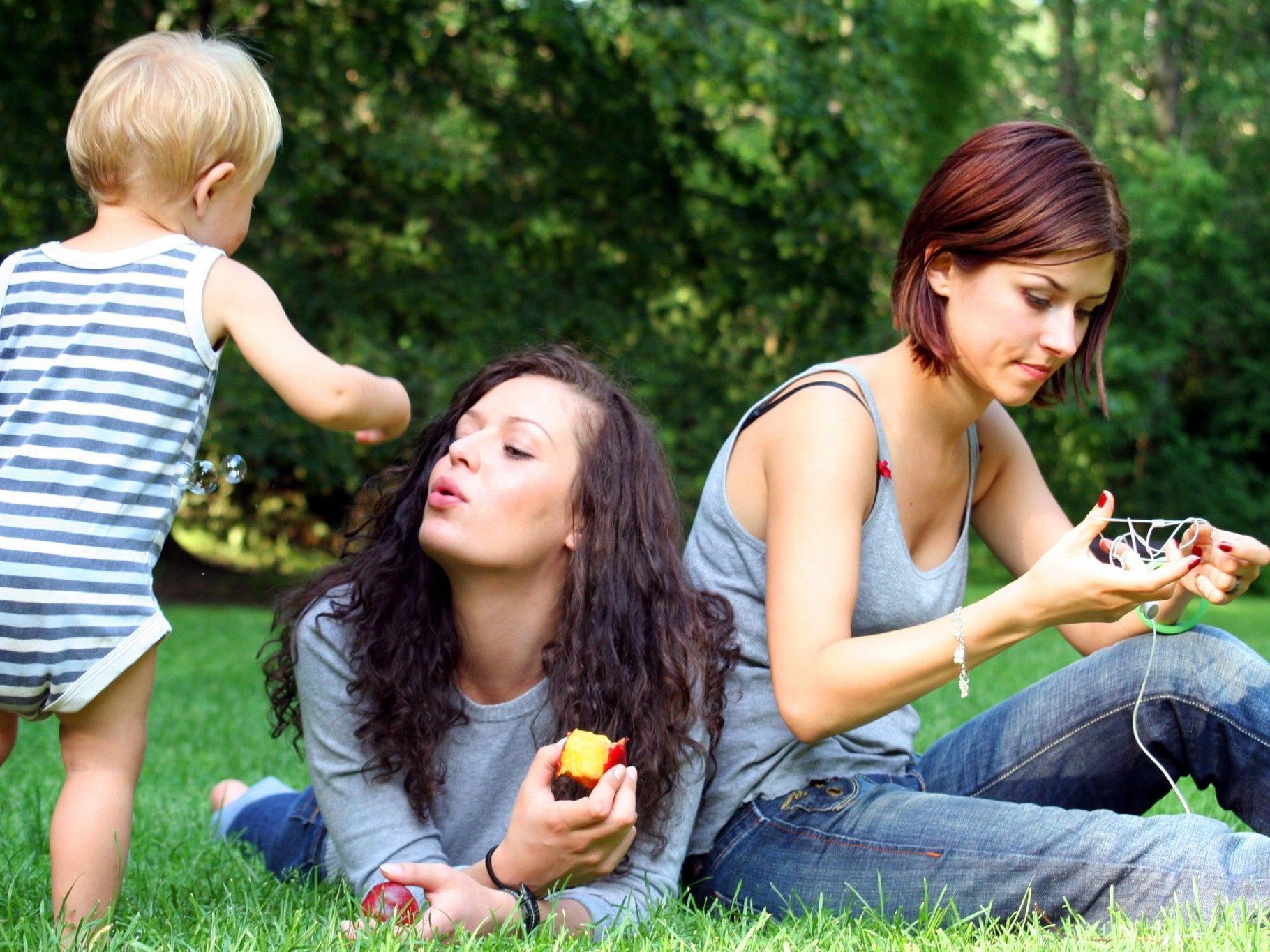 Gleichgeschlechtlichen Paaren soll in der Schweiz die Adoption gestattet werden - in bestimmten Fällen.