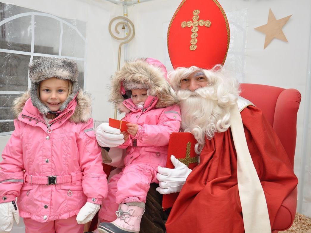 Anna-Lena und Lisa-Sophie überbrachten ihre Weihnachtswünsche dem Nikolo.