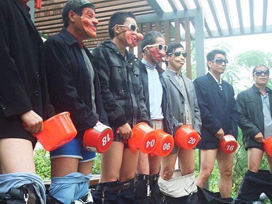 Die Wettbewerbsteilnehmer waren maskiert und mit Behältern ausgestattet.