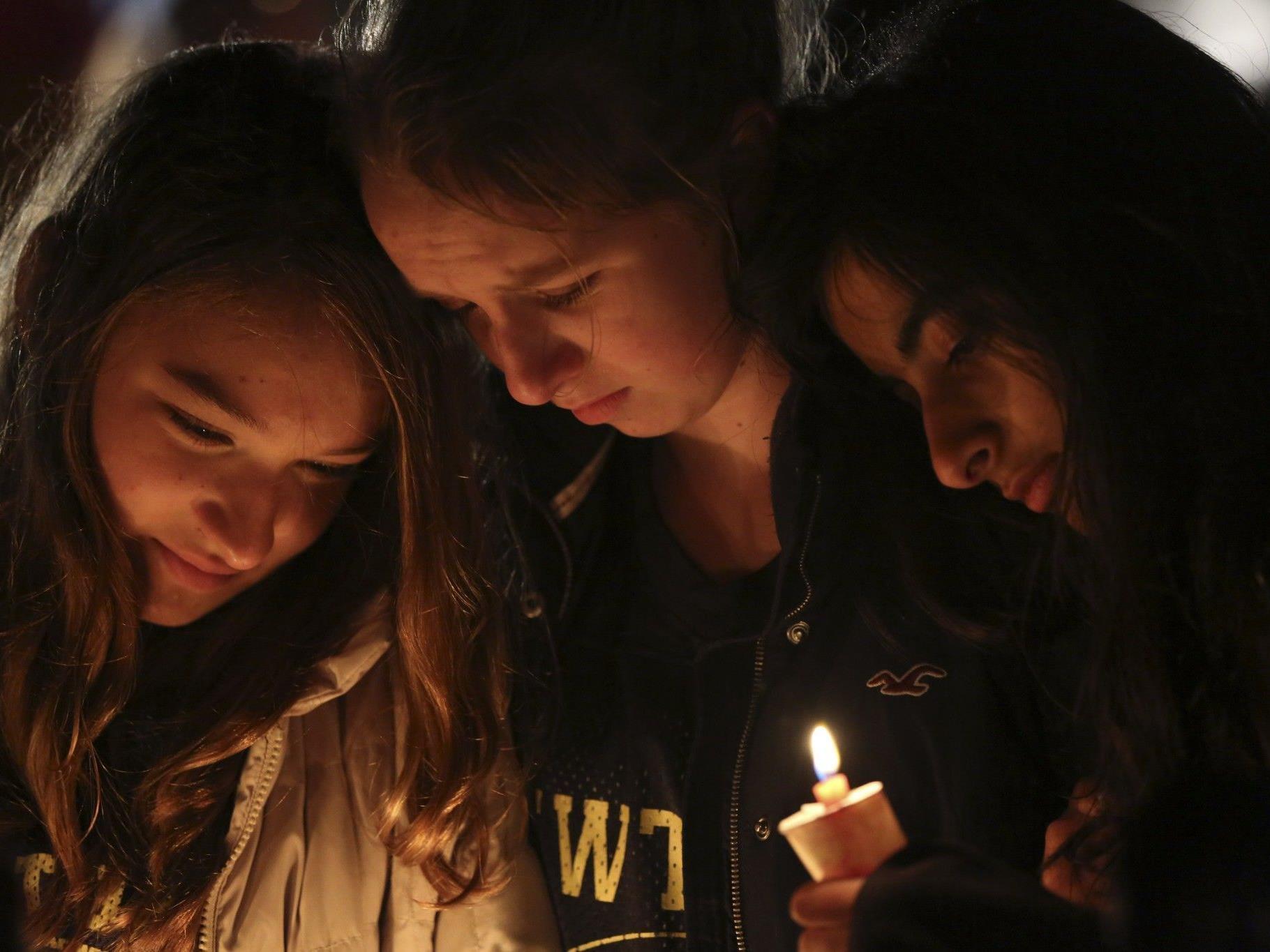 Gebete, Trauer, Entsetzen in Newtown nach schlimmstem Blutbad an einer US-Schule.