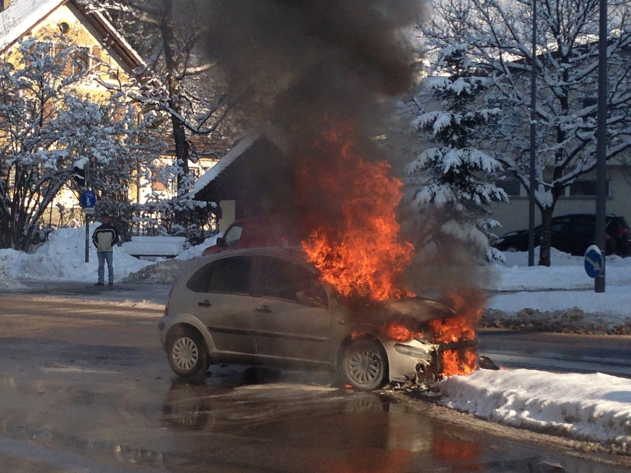 Nach einem Unfall in Dornbirn brannte der Pkw komplett aus.