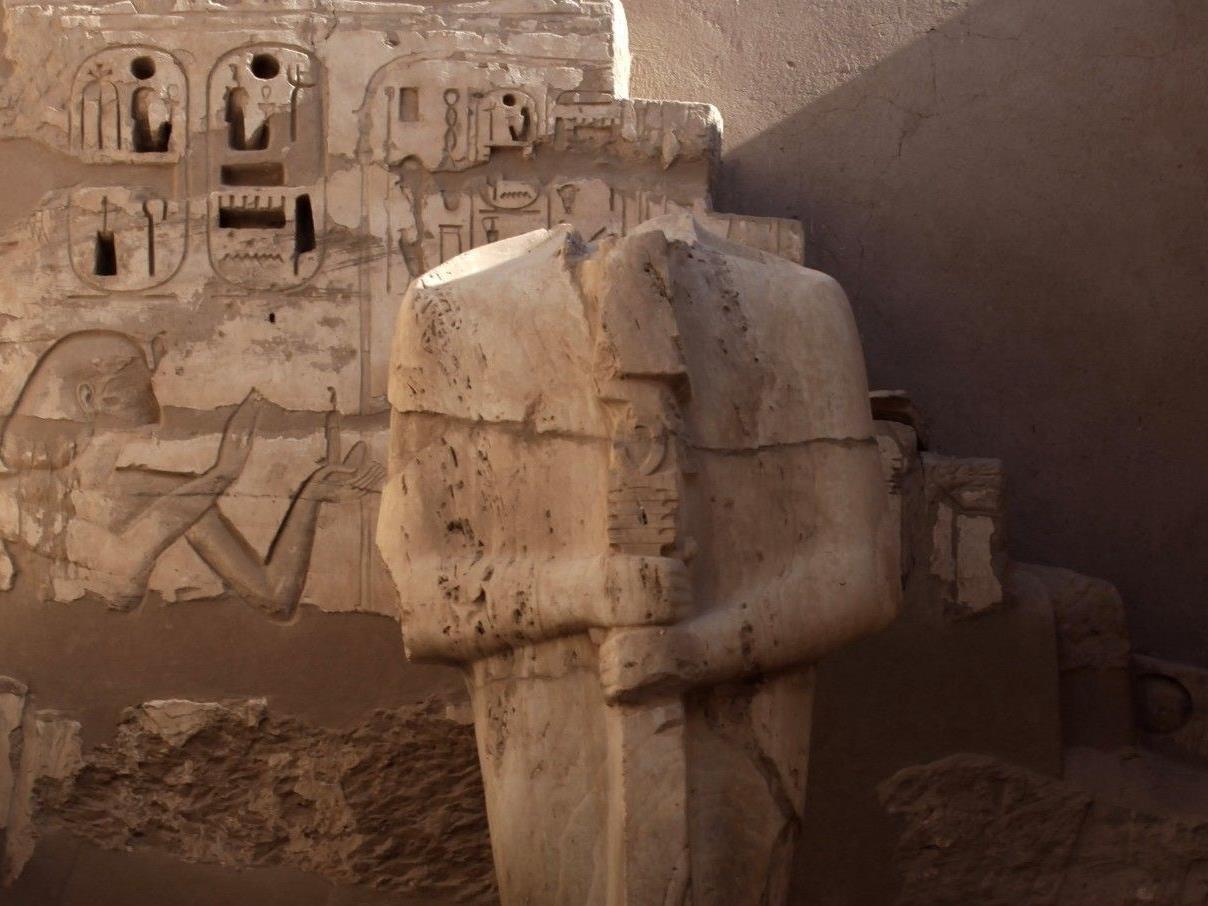 Eine Statue im Tempel Ramses III. in Luxor - Uraltes Rätsel um Pharaonenmord geklärt.