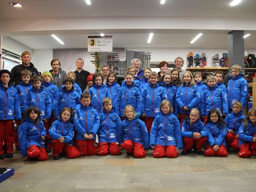 Der Alpin-Nachwuchs der Wintersportvereine Au und Schoppernau in ihrer neuen Skibekleidung und die Sponsoren.