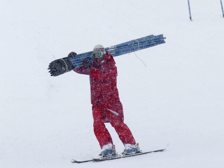 Der starke Schneefall gibt dem Streckendienst gut zu tun.