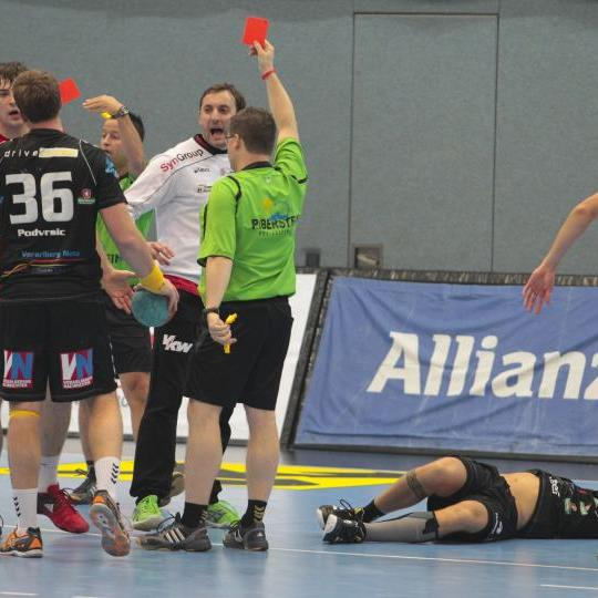Drei Ausschlüsse im Ländle Handballderby zwischen Meister Hard und A1 Bregenz und unschöne Szenen.