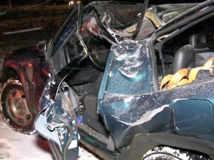 Der Lenker wurde bei dem Unfall auf der B37 am Montag schwer verletzt.
