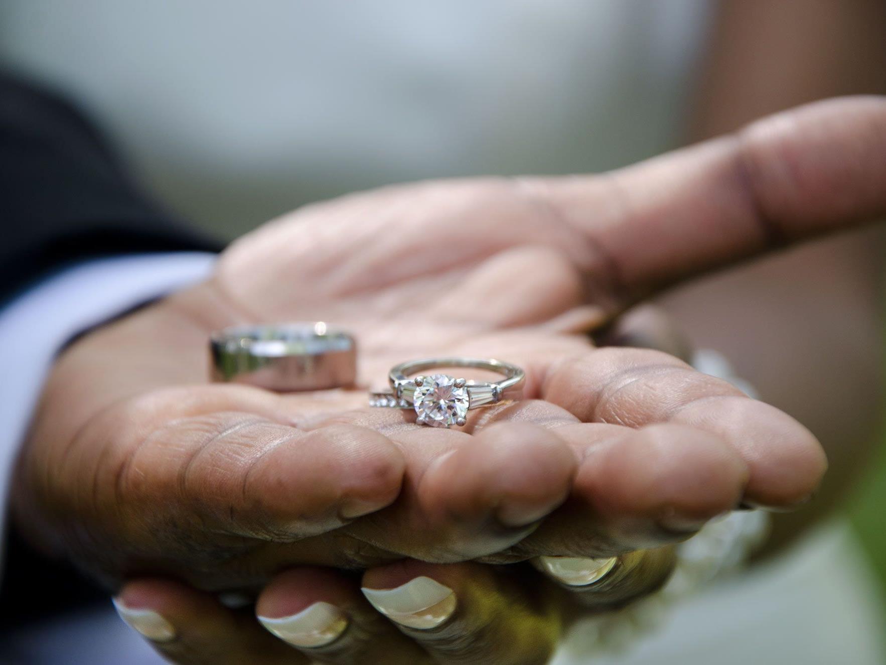 Mutter will rechtlich gegen Hochzeit ihrer Tochter vorgehen.