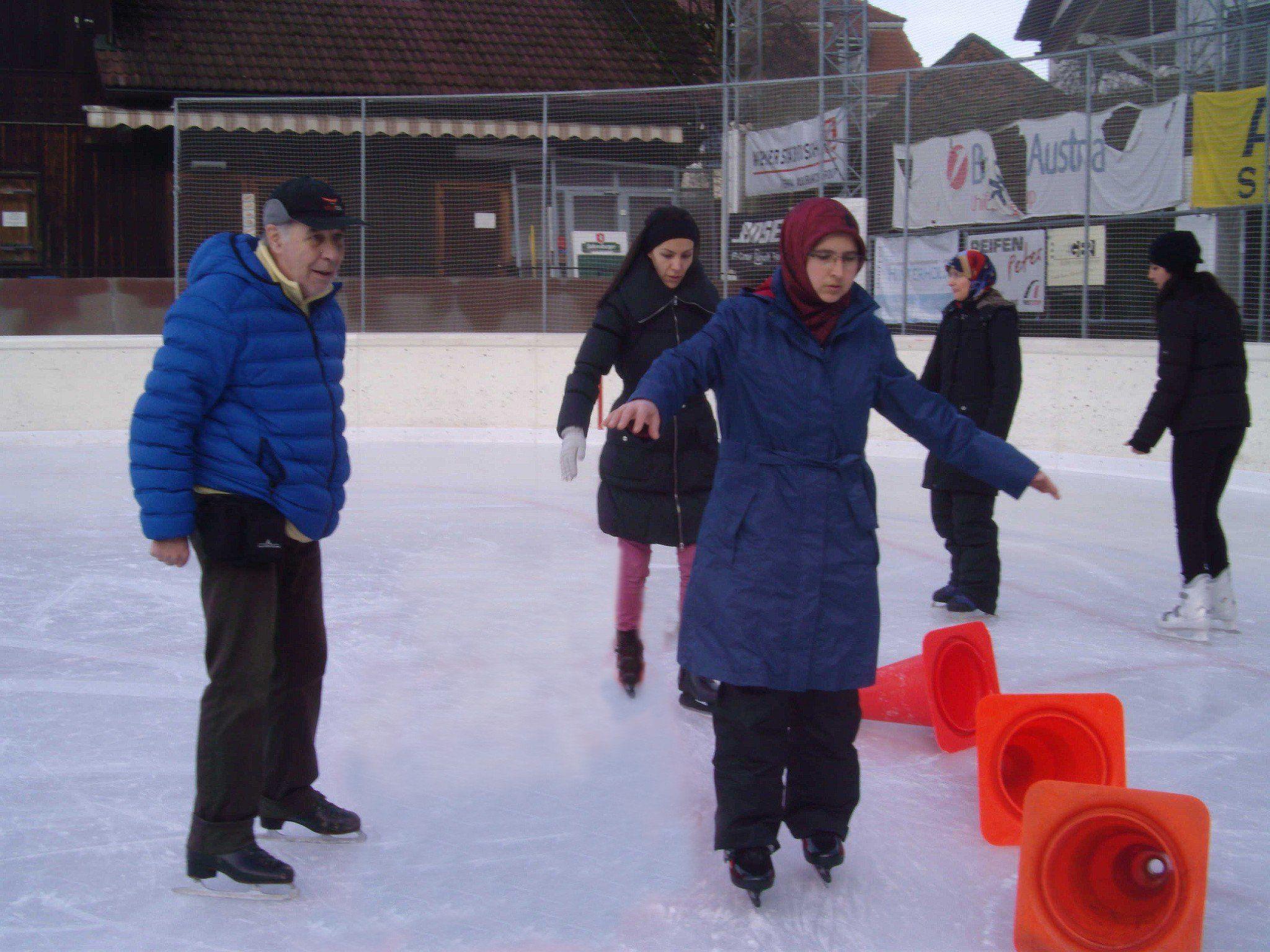 Trainer Radu Ionian zeigte den Migrant/-innen wichtige Grundlagen des Eislaufens