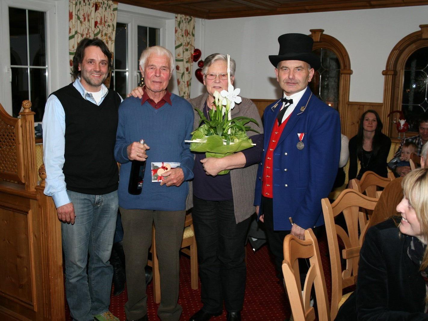 Bürgermeister Thomas Zudrell, Jubilar Gustl Loretz mit Hilda sowie Kapellmeister Alfons Melmer