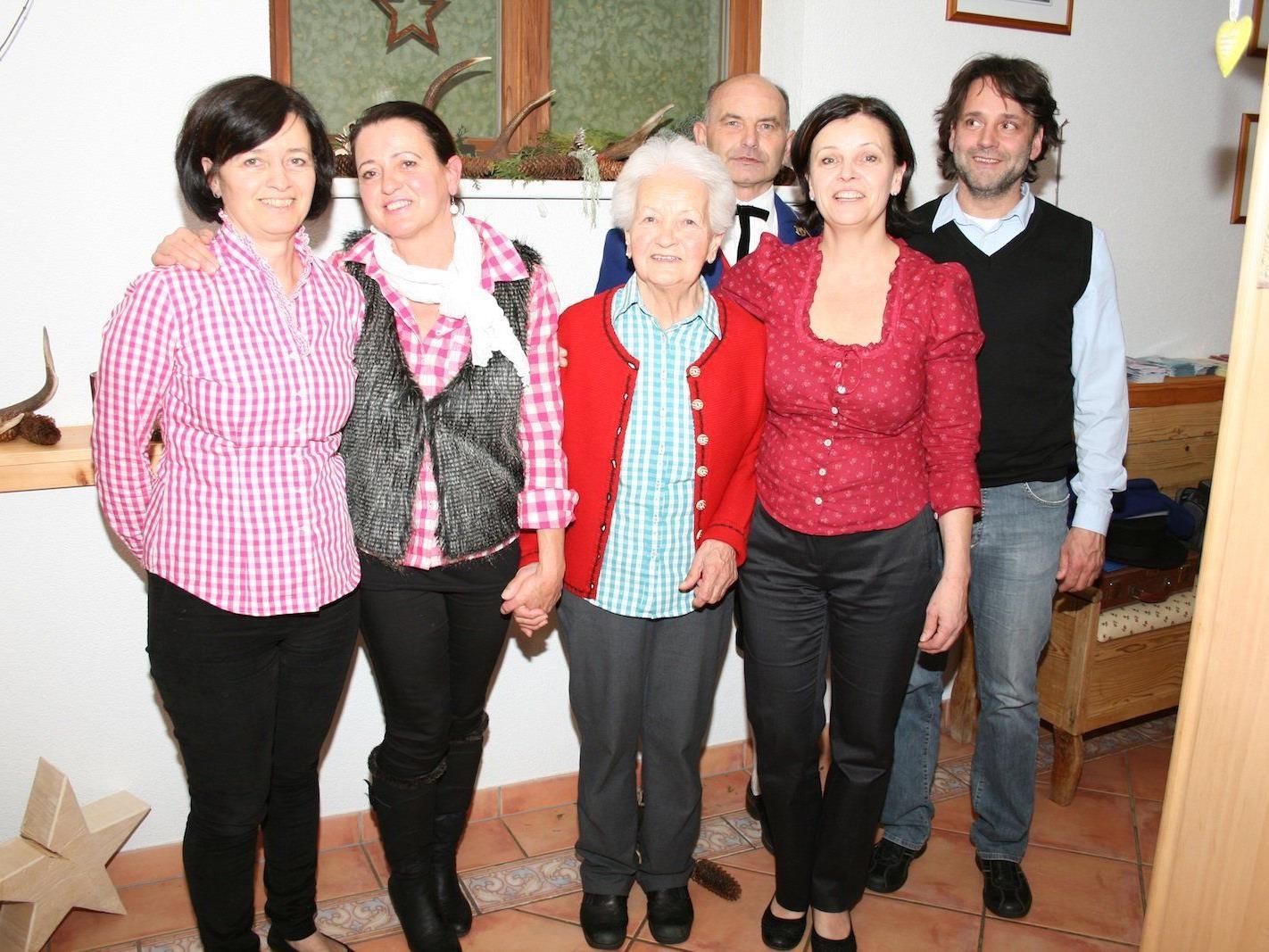 Die Jubilarin mit ihren Töchtern (v.l.) Maria, Gabriele und Barbara sowie Kapellmeister Alfons Melmer und Bürgermeister Thomas Zudrell