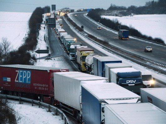 15 Kilometer Stau auf A4: Autobahn musste am Donnerstag gesperrt werden