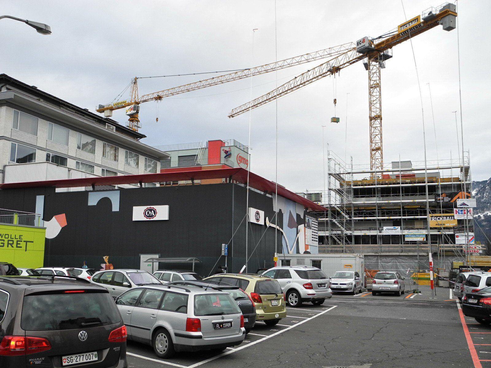 Die Richtstangen zeigen die Höhe den geplanten Neubaus an