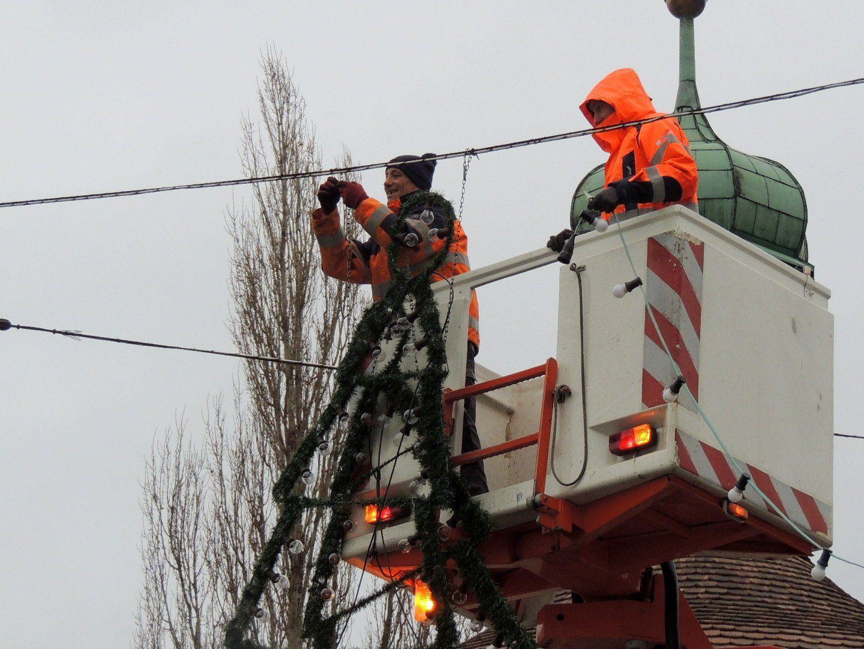 Bauhofmitarbeiter entfernen die Beleuchtungskörper