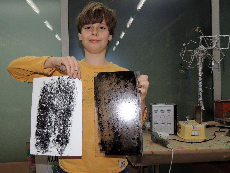 Dominik ist fasziniert von den Möglichkeiten beim Kunstworkshop