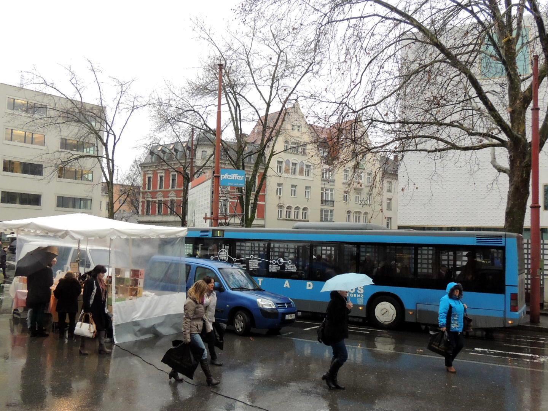 """Die Stadtbusbenützer werden gebeten auf die Landbuslinie """"Inselstraße"""" auszuweichen"""
