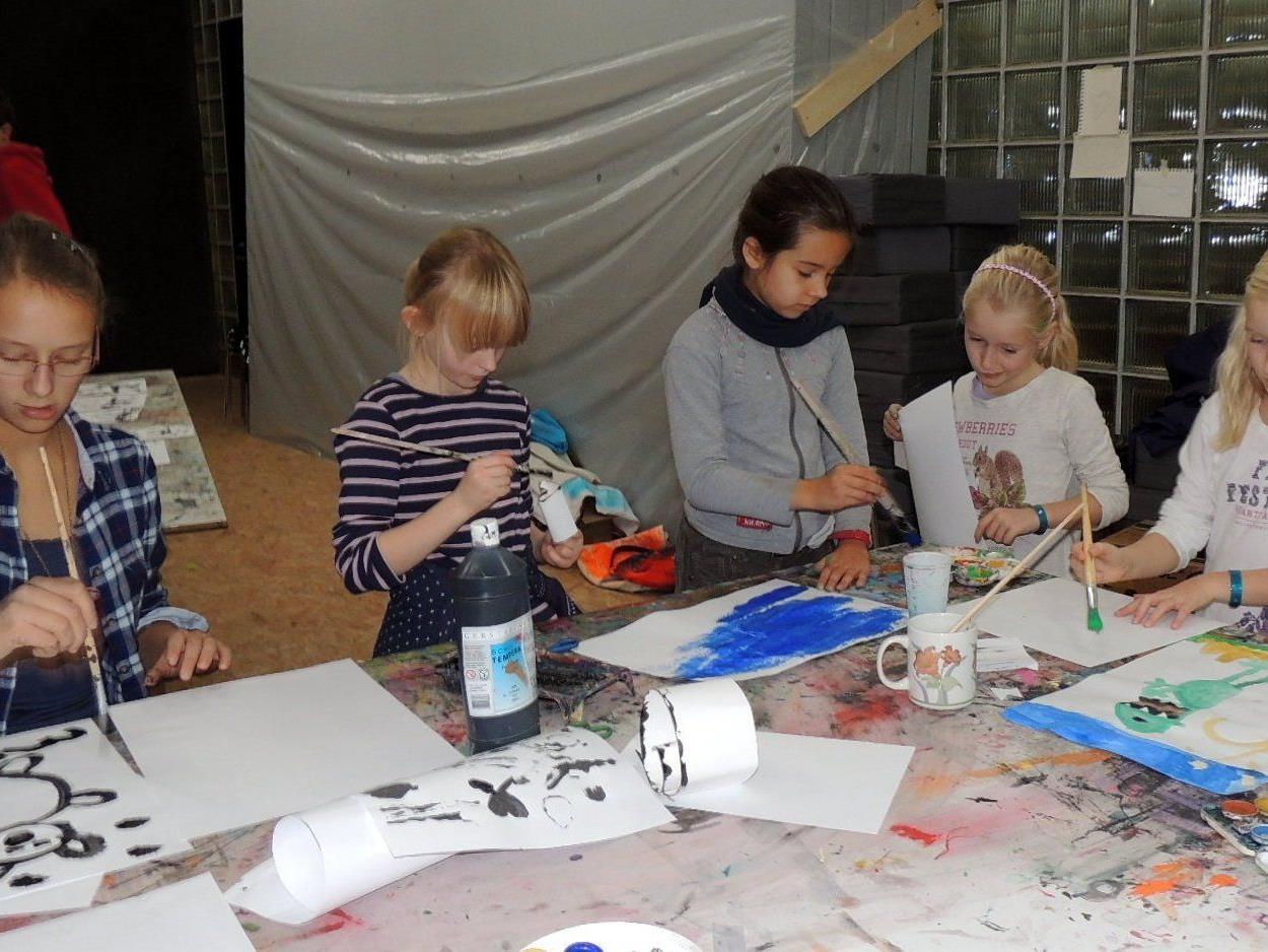 Kinder und Jugendliche treffen sich zur kreativen Betätigung im Kunsthaus